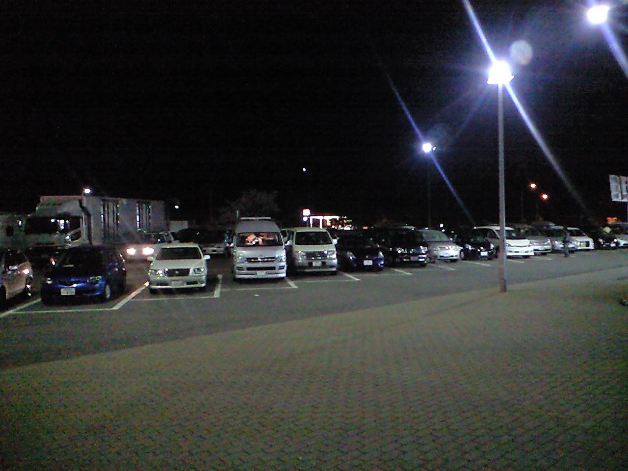 深夜のパーキングで車があふれる